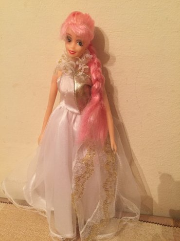 Bakı şəhərində Barbie kuklasi. Yaxwi veziyyetdedir