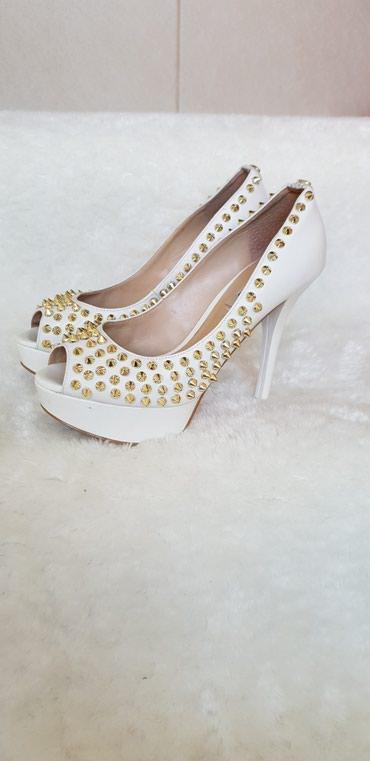 GUESS cipele ,velicina 36, u perfektnom stanju osim male ogrebotine - Petrovac na Mlavi