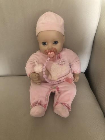 - Azərbaycan: Orjinal baby annabel kuklası yelləyəndə gözünü yumub yatır və səsi