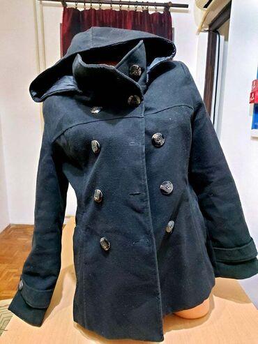 Crna ženska jakna vel.L sa kapuljačom, koja može da se skine. Sastav