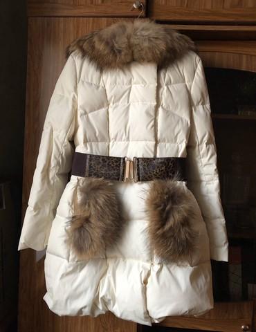 женский пуховик с капюшоном в Кыргызстан: Зимний пуховик с натуральным мехом и капюшоном, с теплыми карманами и