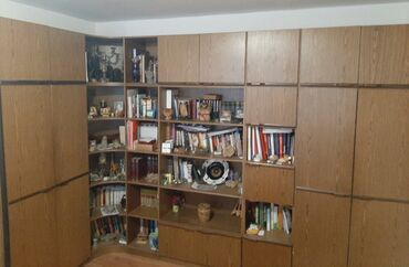 Lisca sa - Srbija: Ugaoni regal sa bibliotekom Prodajem regal, korišćen kao nov:ukupne