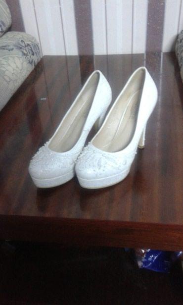 Продаю туфли белые платья к ней в Бишкек