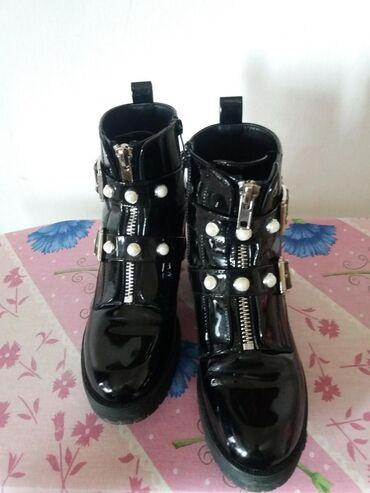 TOTALNO SNIŽENE!!!Poluduboka cipela. Lakovane sa belim biserom kao sto