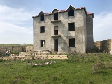 Bakı şəhərində Masazir qesebesinde 2 mertebe ve mansarli olan villa satilir. 10 sot