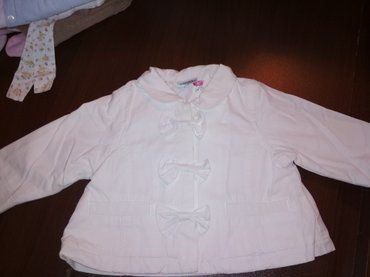 Продаю курточку на девочку 9 месяцев очень красивую белую дэми такой в в Токмак