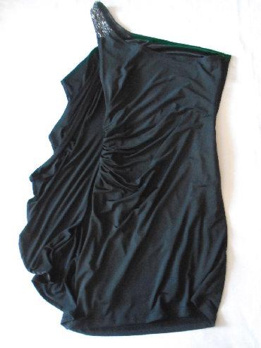 Crna-uska-haljina - Srbija: Uska crna haljina sa karnerom i cirkonima na jedno rame. Naznačena