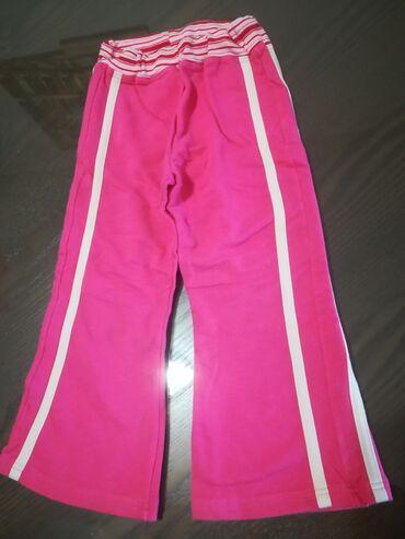 Dečija odeća i obuća - Vranje: Pamučne pantalonice roze boje sa bež linijama vel 3/94, šire se kao