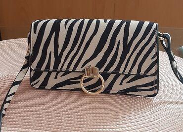 H&m mini torbica je u odlicnom stanju, vrlo malo nosena