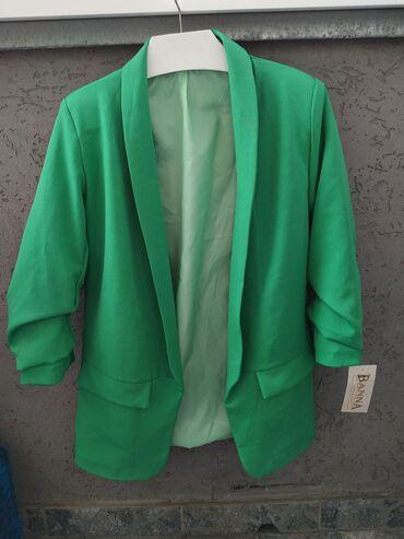 Prelep sako, zelene boje, lagan materijal, ne gužva se, univerzalna