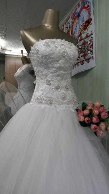Свадебные платья и аксессуары - Бишкек: Продам свадебное платье. Состояние отличное. Одевала один раз. Торг