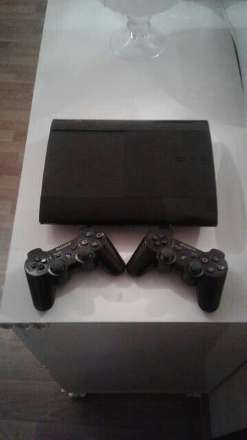 Bakı şəhərində Playstation 3 Super Slim modeli..Evde iwlenib..Donmasi yoxdu..Problemi