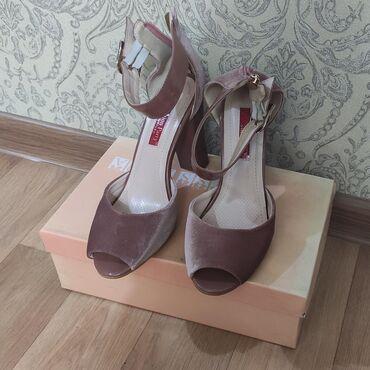 Сандалии и шлепанцы в Кыргызстан: Продаю новые очень красивые босоножки на устойчивом каблуке. Цвет