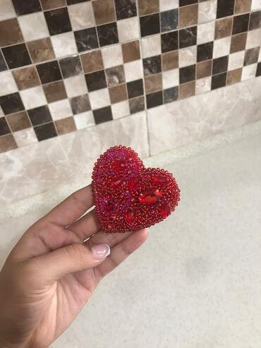 Продаю брошь ручной работы, с камнями в виде сердечко принимаем зака
