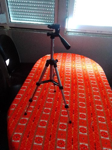 Nov tripod za kameru do 2 kg dolazi sa nekim dodatkom Visina tripoda j
