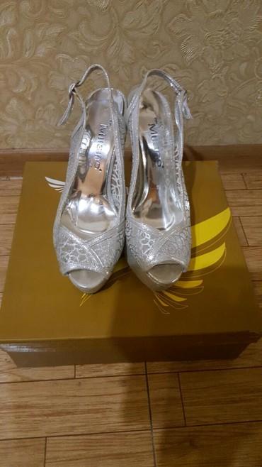 Босоножки серебро - Кыргызстан: Продаю босоножки 36го размера производство Турция цвет серебро тел