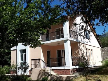 İsmayıllı şəhərində Şexsi evimizdi.Ismayillida 18 sot.icinde 5 otagli Villa satilir.
