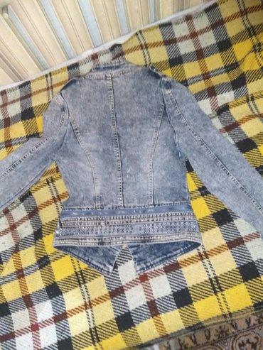 """продаются джинсовые куртки. размер голубой куртки """"м"""". размер хаки цве в Бишкек"""
