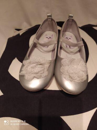Dečije Cipele i Čizme - Crvenka: Srebro baletanke sa cvetom od tila h&m broj 33