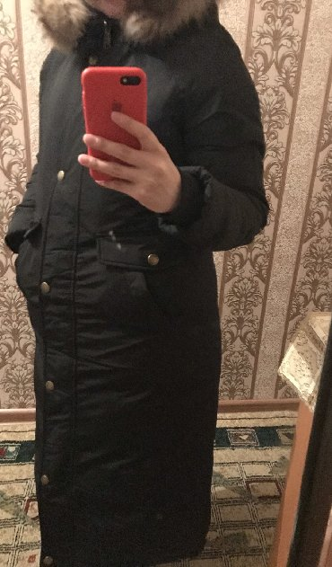 стильную зимнюю куртку в Кыргызстан: Продаю зимнюю куртку! Очень тёплая, длинная, мех натуральный, размер 4