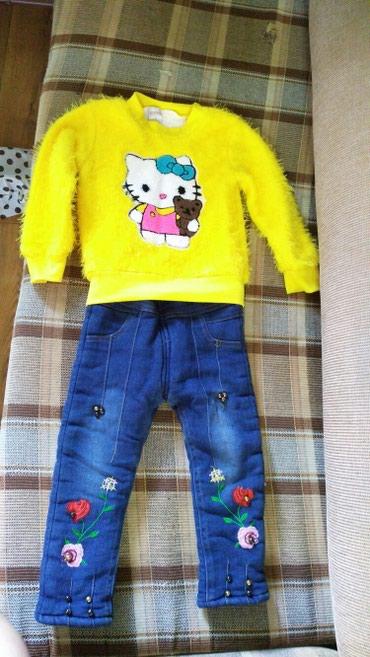 Теплые джинсы и кофточка на девочку 2-3 годика. зависит от ребенка в Бишкек