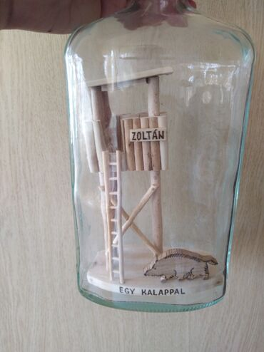 Rakija - Srbija: Flaše sa lovačkim motivima u flaši. Rad od drveta, moze se sipati