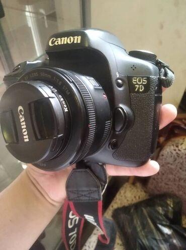 удобный фотоаппарат в Кыргызстан: Canon 7d идельном состояние обектив 50мм stm идеальном состояние подхо