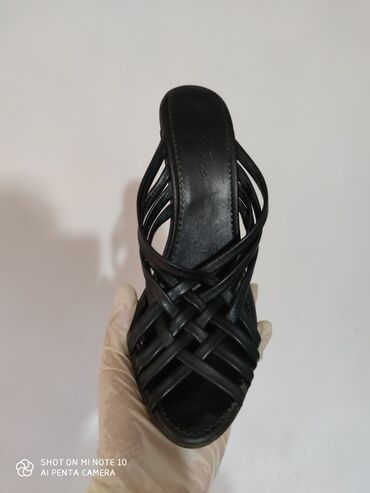 туфли-черные-женские в Кыргызстан: В отличном состоянииЛетние, кожаные тапочки на каблуке