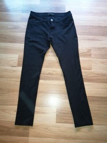 Crne pantalone helanke imaju dosta elastina veoma su udobne