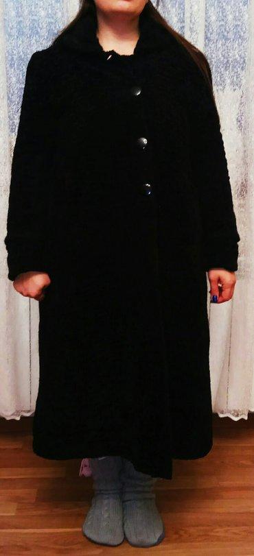 Bakı şəhərində Qadın üçün geyinilmiş palto.