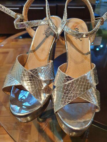 Prodajem srebrne lakovane sandale (kao nove)