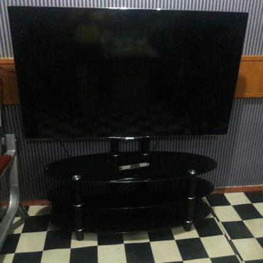 Телевизор Хисенс 57 дюйма. с подставкой. в Ош