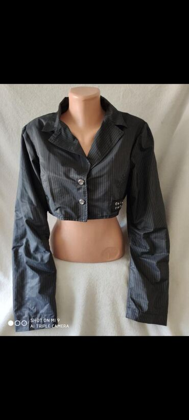 Zanimljiva kratka jaknaRamena: 44cmRukavi: 63cmGrudi: 51cmDuzina: 32cm