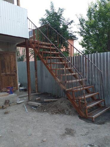 Сварщик делаю лестницу решётки фермы и.т.д
