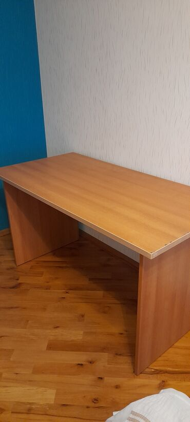 Yazi masasi.yaxsi veziyyetdedi.1.40×70 olcudedi