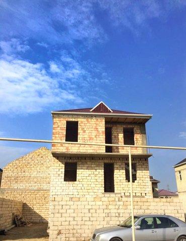 Bakı şəhərində Masazirin Girisi Ve merkezinde 2 mertebeli kursulu Ev satilir.