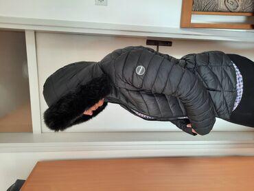 Duzina cm jakna - Srbija: Crna jakna za jesen/zimu, poliester, na njoj pise L. Duzina 62 cm, ram