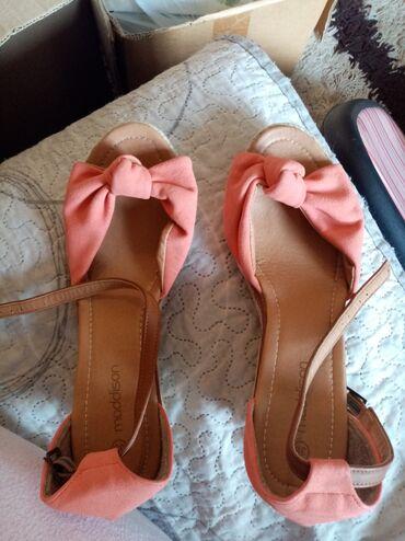 Preslatke madisson sandale. Kajsija boja