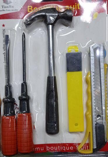 Молоток маленький для дома удобный,и две отвёртки и нож к ножу запаски