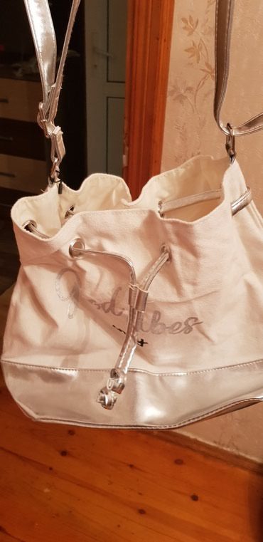 Bakı şəhərində Kadın çantası almaniadan 10 € alinip hem qizili hemde gumusu