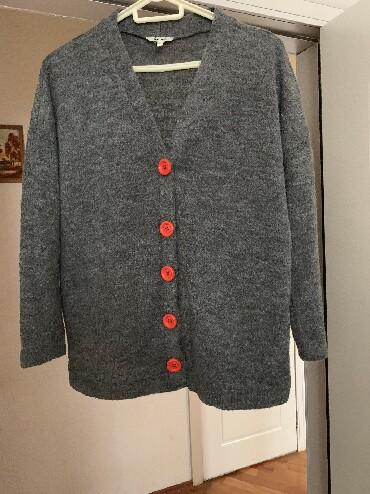 женские-серые-свитера в Азербайджан: Жакет с ярко красными пуговицами новый куплен в магазине KOTON размер