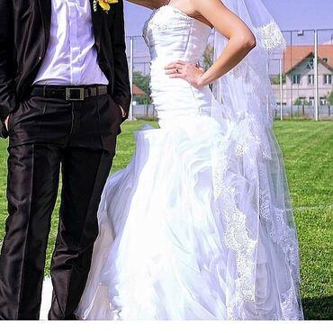 джинсовый корсет в Кыргызстан: Шикарное оригинальное свадебное платье со шлейфом,юбка очень