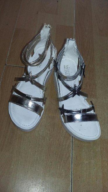 Decije sandale neke su od 26-30,a neke od broja 31 do 35. Cene su od