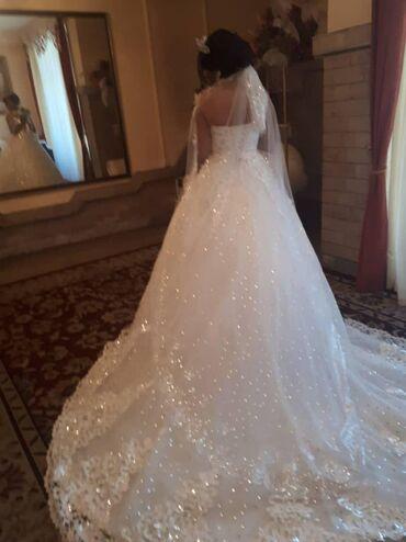 черно белая платья в Кыргызстан: Сдаю свадебное платье лиф усыпан комнями Сваровского. Имеется шлейф