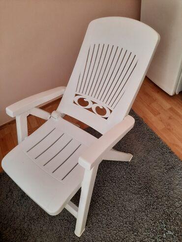 Kuća i bašta | Beograd: Dve bele stolice koje mogu biti i lezaljka kuvana cvrsta plastika