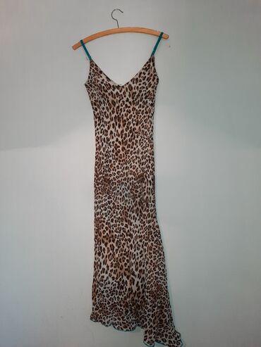 Leopard haljina, sa plavim bretelama,prati liniju