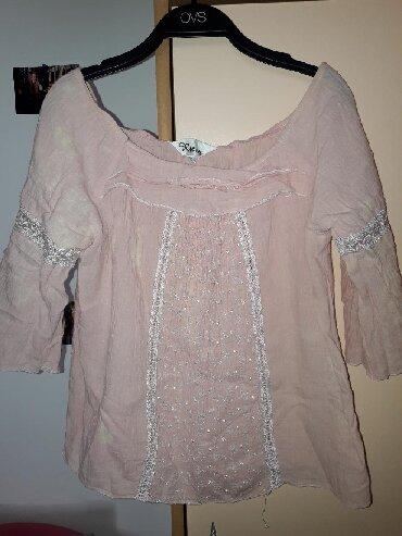 Roze pamuk - Srbija: Svetlo roze kosuljica/tunika. Mogu da se smusti na ramenima. Rukavi