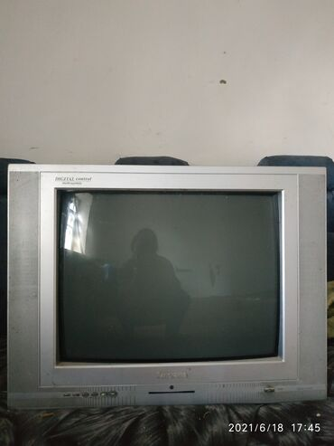 Электроника - Кызыл-Туу: Телевизор цветной работает идеально состояние хорошее тумба в подарок