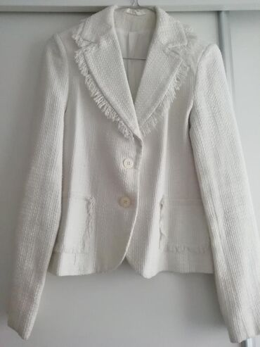 Beli sako, u odličnom stanju,nema oštećenja.Veličina 38, širina ramena