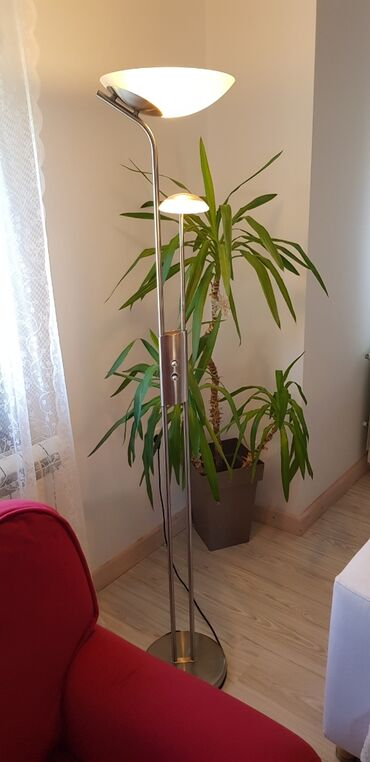 Podna lampa - Srbija: Podna lampa srebrne boje, visoka 2m